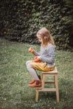 szczęśliwego halloween Piękni uśmiechnięci berbeci siedzenia na drewnianym krześle i chwyta Jack O małych dyniowych lampionach ou fotografia stock