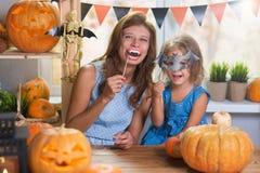 szczęśliwego halloween Rodzinna mała piękna dziewczyna z macierzystym celebra zdjęcia royalty free