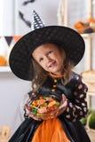 szczęśliwego halloween Troszkę piękna dziewczyna w czarownica kostiumu cel fotografia royalty free