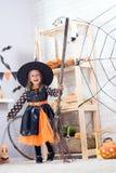 szczęśliwego halloween Troszkę piękna dziewczyna w czarownica kostiumu cel zdjęcia royalty free