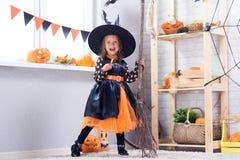 szczęśliwego halloween Troszkę piękna dziewczyna w czarownica kostiumu cel obrazy stock