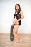 Szczęśliwego kobieta w ciąży ćwiczy sport zdjęcia stock