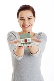 Szczęśliwego kobiety mienia domu wzorcowi i dolarowi rachunki Zdjęcie Royalty Free