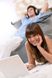 szczęśliwego laptopu relaksujący studencki nastolatek Fotografia Royalty Free