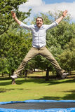 Szczęśliwego mężczyzna skokowa wysokość na trampoline w parku zdjęcia royalty free