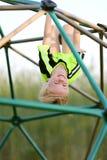 Szczęśliwego młodego dziecka dżungli Wspinaczkowy Gym przy boiskiem Fotografia Stock