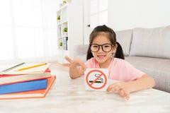 Szczęśliwego mała dziewczynka seansu dymienia symbolu skwitowany znak zdjęcia royalty free