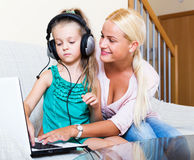 Szczęśliwego macierzystego nauczania mała córka Fotografia Royalty Free