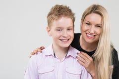 Szczęśliwego macierzystego przytulenia uśmiechnięty syn Obrazy Royalty Free
