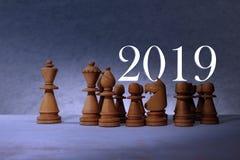 Szczęśliwego nowego roku pojęcia 2019 szachowi kawałki fotografia stock