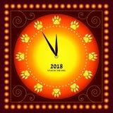 szczęśliwego nowego roku, Tarcza zegarek z śladami psie ` s łapy zamiast postaci Karta Obraz Stock