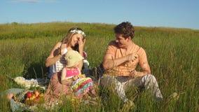 Szczęśliwego ojca kuglarskie morele i zabawiają jego córki przy pinkinem zbiory wideo