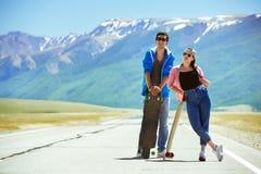 Szczęśliwego para deskorolkarza longboard drogowa podróż Zdjęcia Royalty Free