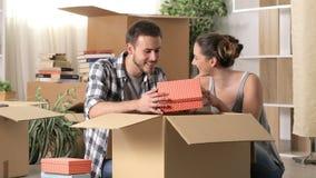 Szczęśliwego pary chodzenia domowi unboxing należenia zbiory wideo