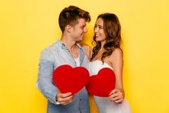 Szczęśliwego pary mienia czerwoni serca na walentynki ` s dniu Zdjęcie Stock