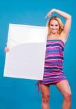 Szczęśliwego pozytywnego blondynki kobiety mienia pusta biała deska Zdjęcia Stock