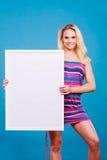 Szczęśliwego pozytywnego blondynki kobiety mienia pusta biała deska Obrazy Stock