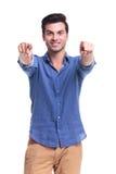 Szczęśliwego przypadkowego mężczyzna poining palce fotografia stock