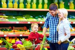 Szczęśliwego rodzinnego kupienia zdrowy jedzenie w supermarkecie Obraz Stock