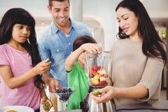 Szczęśliwego rodzinnego narządzania owocowy sok Zdjęcia Stock