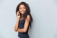 szczęśliwego telefonu target168_0_ kobieta Obraz Royalty Free