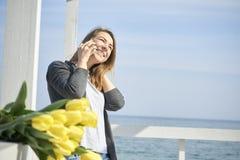szczęśliwego telefonu target168_0_ kobieta obrazy stock