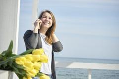 szczęśliwego telefonu target168_0_ kobieta fotografia royalty free