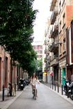 Szczęśliwego uśmiechu młodego żeńskiego podróżnika turystyczna przejażdżka rower w centrum miasta Barcelona Podróżować w Hiszpani obrazy royalty free