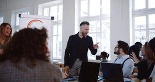 Szczęśliwego w średnim wieku biznesmena wiodąca aktywna dyskusja przy nowożytnym biurowym konwersatorium z wieloetnicznymi korpor zbiory