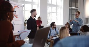Szczęśliwego w średnim wieku męskiego szefa brainstorming wiodąca aktywna dyskusja przy nowożytnym wieloetnicznym biurowym biznes zdjęcie wideo
