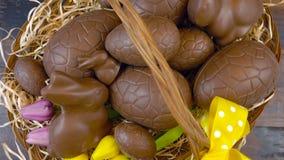 Szczęśliwego Wielkanocnego zasięrzutnego sztaplowania czekoladowi Wielkanocni jajka w koszu zbiory wideo