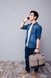 Szczęśliwego youg azjatykci mężczyzna opowiada na telefonie Fotografia Stock