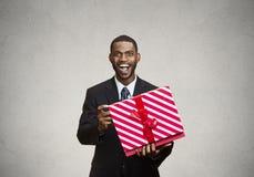 Szczęśliwego, zdziwionego mężczyzna odbiorczy prezent od someone, Obrazy Royalty Free