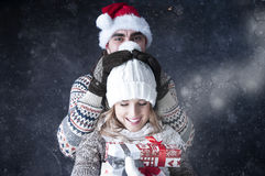 Szczęśliwej śmiesznej pary nakrywkowy śnieżny tło. Fotografia Royalty Free