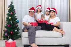 Szczęśliwej Azjatyckiej Chińskiej rodziny wymiany Bożenarodzeniowy prezent w domu Obrazy Royalty Free