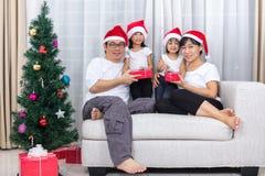 Szczęśliwej Azjatyckiej Chińskiej rodziny wymiany Bożenarodzeniowy prezent w domu Zdjęcie Stock