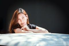 Szczęśliwej azjatykciej młodości nastoletnia słuchająca muzyka na telefonie komórkowym Zdjęcie Royalty Free