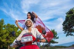 Szczęśliwej bezpłatnej wolności pary napędowa hulajnoga excited na wakacjach letnich być na wakacjach obraz royalty free