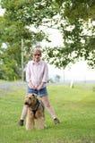 Szczęśliwej beztroskiej kobiety najlepszego przyjaciela chodzący pies w wsi zdjęcia royalty free
