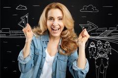 Szczęśliwej blondynki kobiety wygrany pieniądze zdjęcia stock