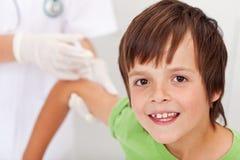 Szczęśliwej chłopiec odbiorcza szczepionka lub zastrzyk Zdjęcia Stock