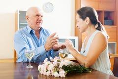 Szczęśliwej dojrzałej kobiety przyglądający klejnot od mężczyzna Fotografia Royalty Free
