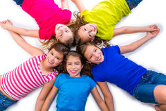 Szczęśliwej dzieciak dziewczyn grupy widok z lotu ptaka lying on the beach uśmiechnięty okrąg Zdjęcia Stock