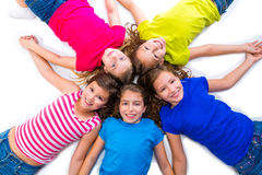 Szczęśliwej dzieciak dziewczyn grupy widok z lotu ptaka lying on the beach uśmiechnięty okrąg Zdjęcia Royalty Free