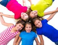 Szczęśliwej dzieciak dziewczyn grupy widok z lotu ptaka lying on the beach uśmiechnięty okrąg Fotografia Royalty Free