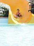 Szczęśliwej dziecka chłopiec jeździeccy obruszenia w aqua parku Obrazy Royalty Free