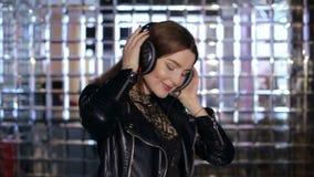 Szczęśliwej dziewczyny słuchająca muzyka w hełmofonach i tanu zdjęcie wideo