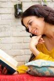 Szczęśliwej kobiety czytelnicza książka i łgarski outside Fotografia Royalty Free