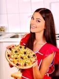 Szczęśliwej kobiety kulinarna pizza Obraz Stock