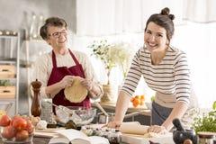 Szczęśliwej kobiety toczny ciasto obrazy royalty free